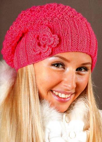 Зимняя шапка спицами с цветком на зиму