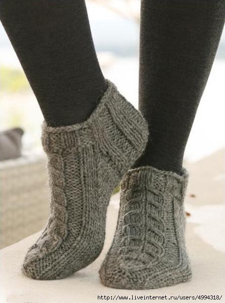 Короткие носки спицами с косами